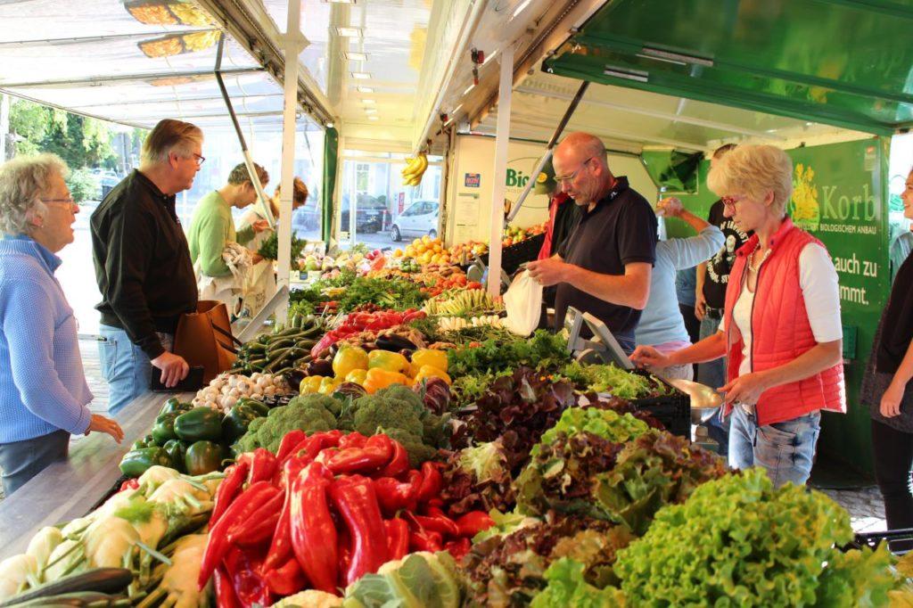 Marktstand Grünkorb